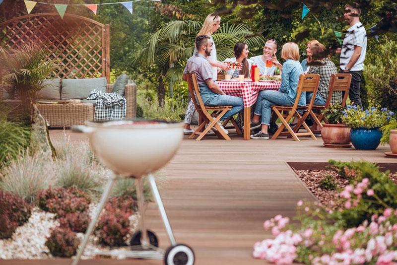 amis dans le jardin en train de déjeuner
