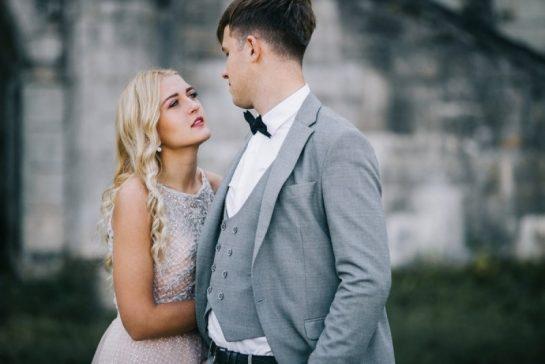 élégant jeune couple se regardant à l'extérieur