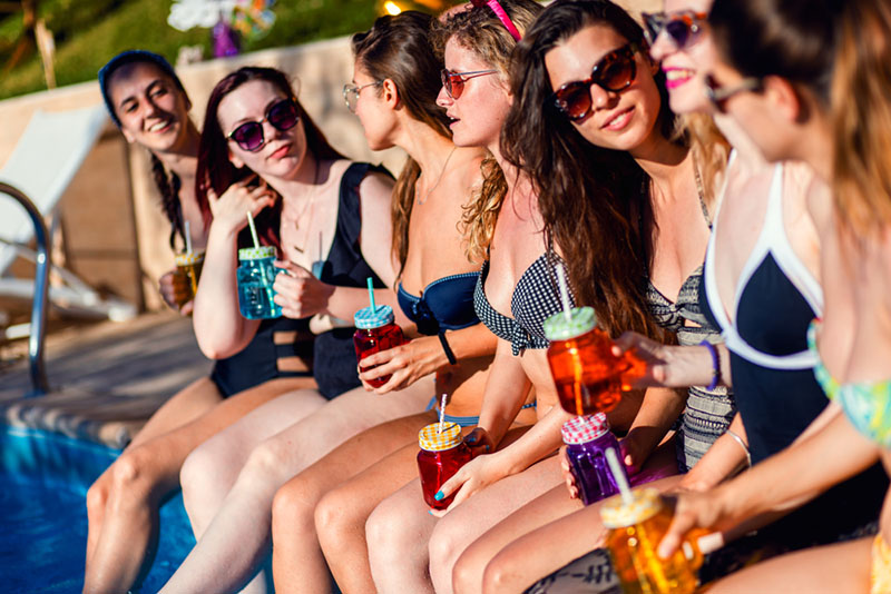 copines ayant une fête à la piscine