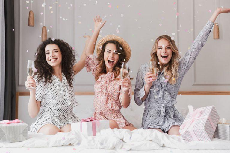 copines s'amuser tout en buvant du champagne