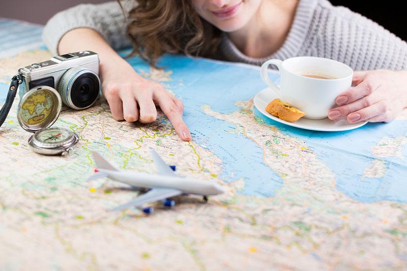 femme rêvant de voyager