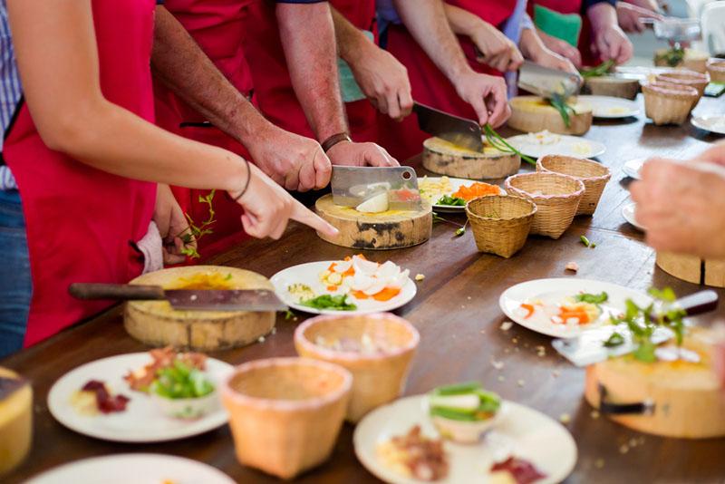 groupes de couples dans un cours de cuisine