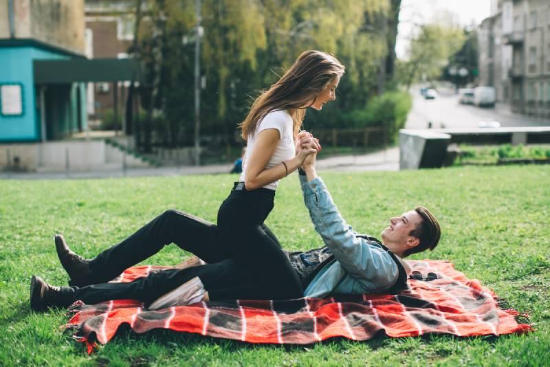 Jeune couple à la mode dans la rue.