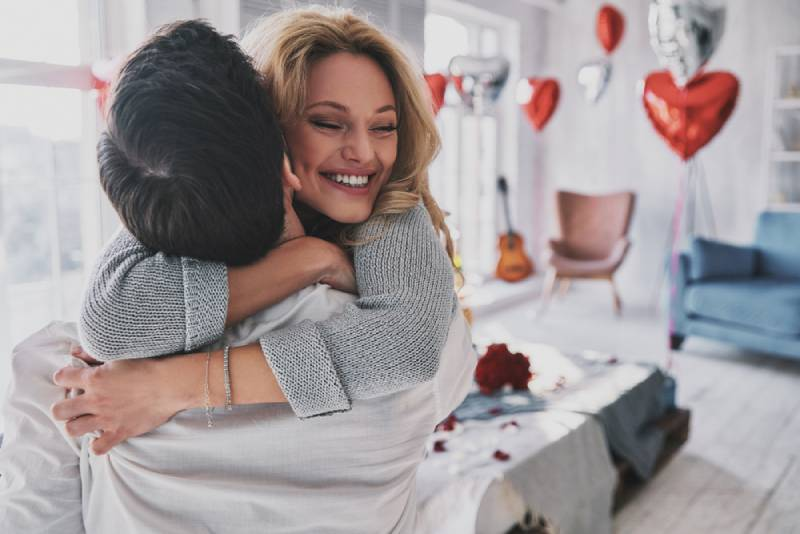 jeune couple souriant en passant du temps dans la chambre