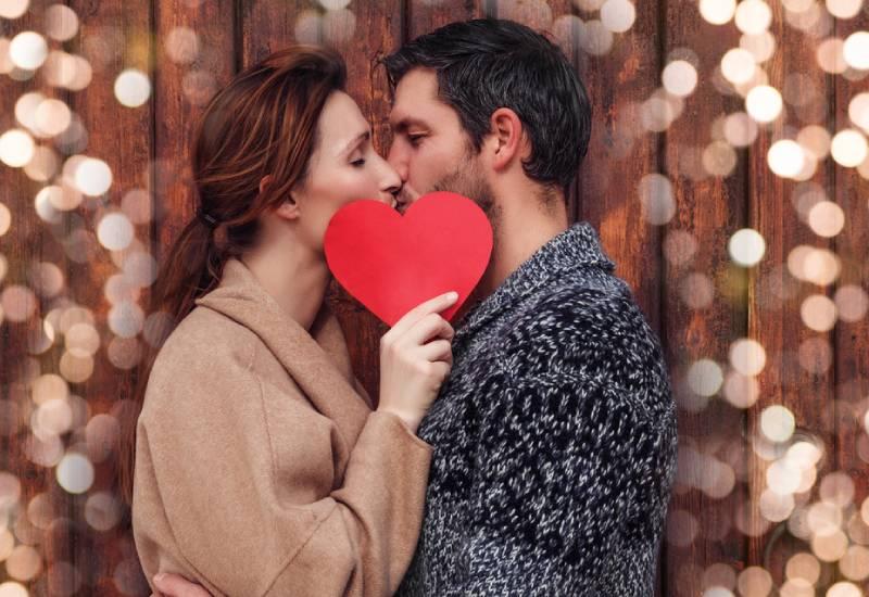 petit ami et petite amie embrassant derrière