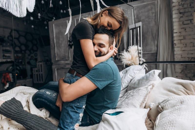Un couple d'amoureux s'embrasse sur le lit