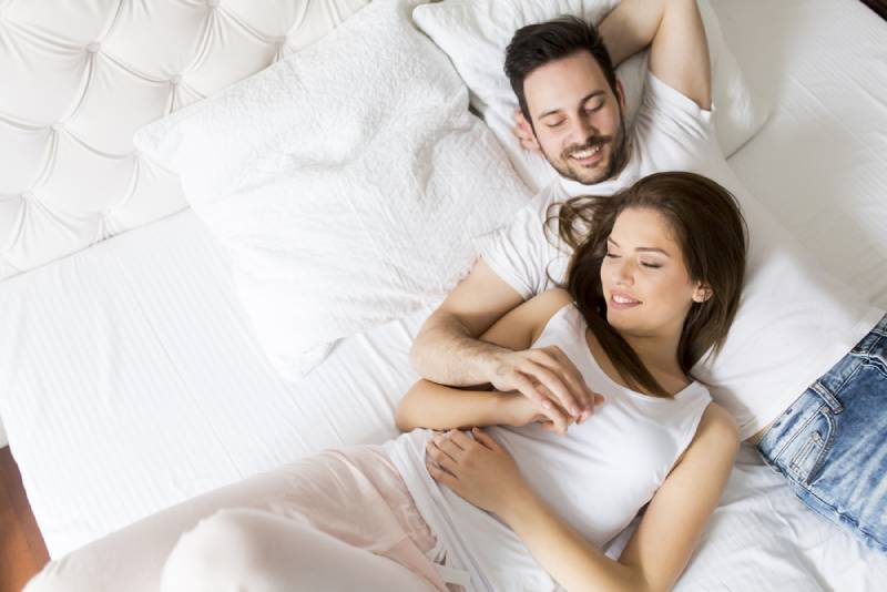 Un jeune couple d'amoureux au lit