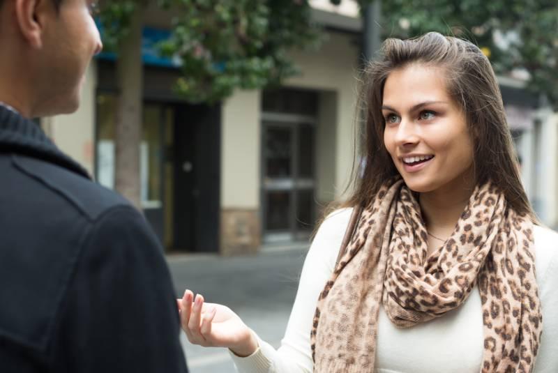 Un jeune couple heureux qui parle d'oustide