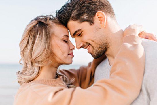 couple amoureux s'embrassant