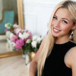 belle femme blonde se présentant à la caméra